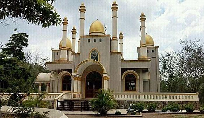 Masjid megah di tengah hutan di Dusun Langkoa, Desa Bontoloe, Kecamatan Kecamatan Bontolempangang, Kabupaten Gowa, Sulawesi Selatan yang viral dan heboh
